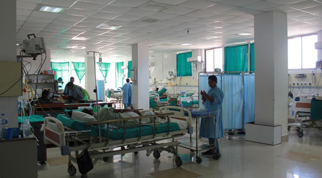 En nuestras prácticas de medicina en Nepal los internos observan doctores y enfermeras.